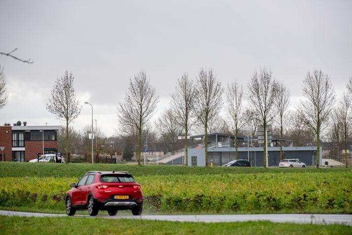 Rechts van de weg - tussen Tiel en Wadenoijen - moeten zes wooncontainers komen voor mensen die niet meer in een woonwijkje passen. Uiterst links in beeld het kantoor van Krol Reizen, iets verder naar rechts de fietscrossbaan.