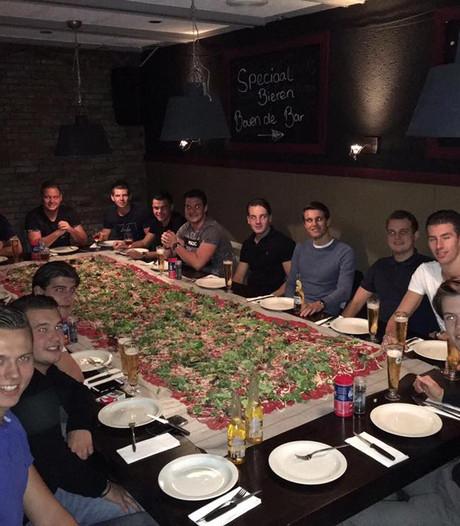 Vriendengroep gaat Carpaccio Challenge aan en bestelt 3,5 vierkante meter carpaccio