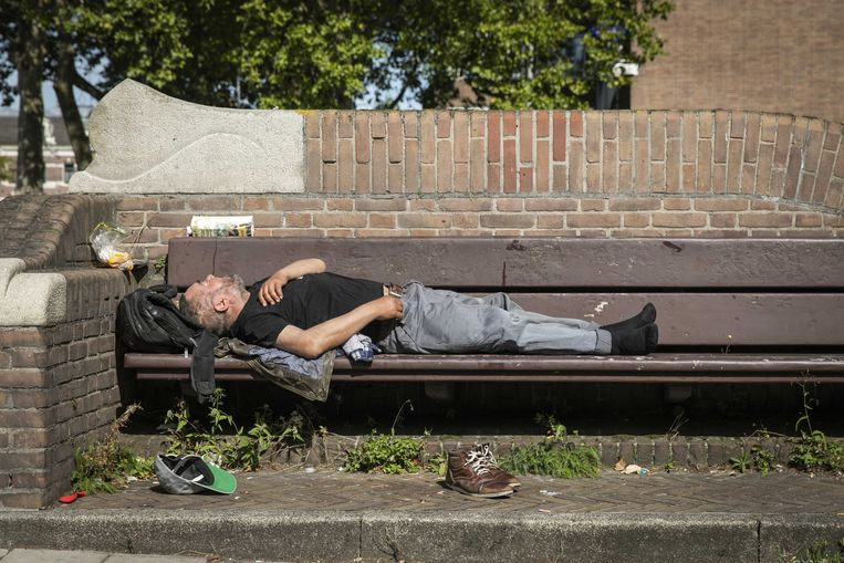 Een slapende dakloze op de Stadhouderskade. Het aantal daklozen in Nederland is de laatste jaren fors toegenomen, blijkt uit cijfers van het Centraal Bureau voor de Statistiek (CBS). Beeld ANP