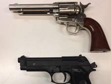 Aanhouding op Schiphol wegens bezit nepvuurwapens