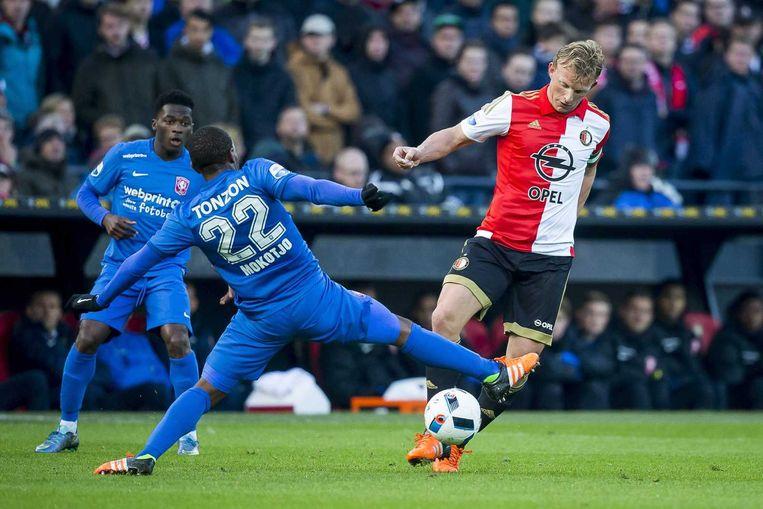 Dirk Kuyt in duel met Kamohelo Mokotjo van Twente. Beeld anp