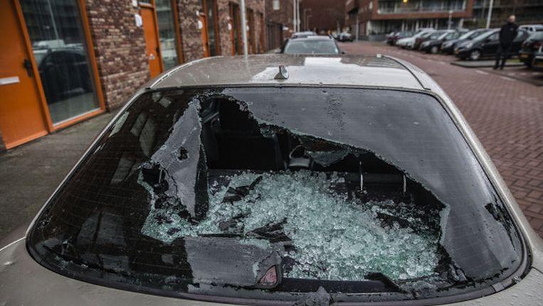 Een auto op de Pieter van der Werfstraat na de schietpartij in januari van dit jaar Beeld Amaury Miller
