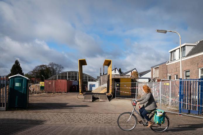 De vervallen loods aan de Kerkallee in Velp, bron van zorg voor de buurt vanwege het asbest dak.