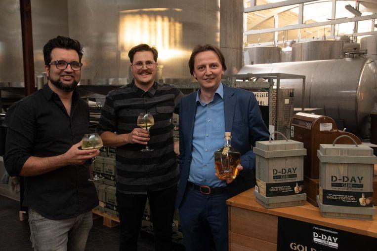 Wouter, stoker Michaël en Kenneth met de nieuwe D-Day Gin.