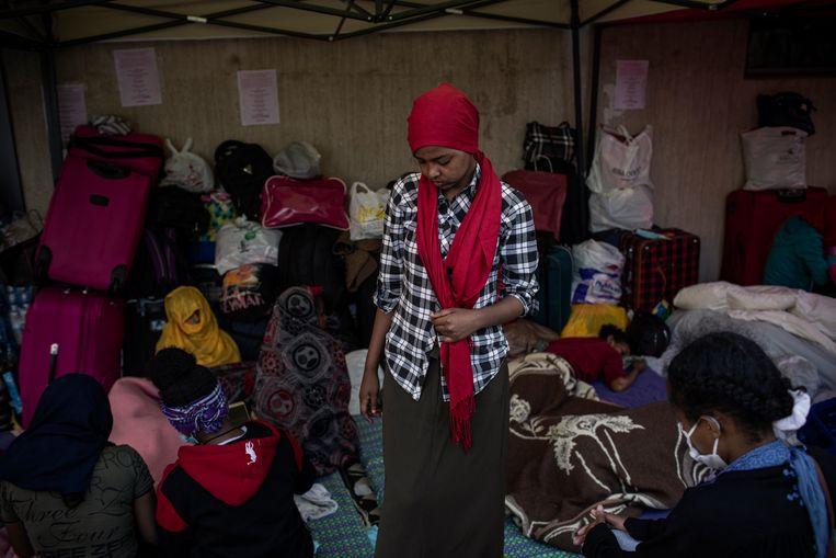 Bij het Ethiopisch consulaat wachten ontslagen dienstmeisjes op hulp. Beeld RV -