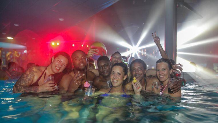 Duik zaterdag het zwembad in, met je drankje en je strandbal. Beeld Ondiep