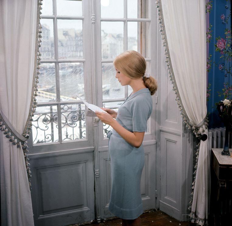 Catherine Deneuve in Les parapluies de Cherbourg (1964) van Jacques Demy. Beeld Léo Weisse / Ciné Tamaris / Schirmer/Mosel