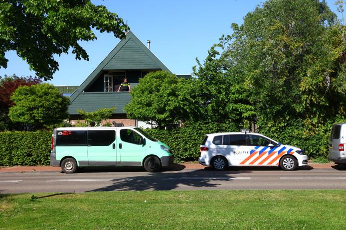 De politie doet onderzoek in het huis