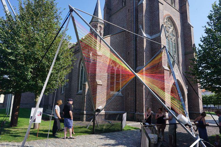 Leffingeleuren pakt opnieuw uit met een flinke streep kunst. Voor de kerk staat het werk 'Stringularity' van Zoro Feigl, binnen hangt ouder werk getiteld 'Echo'.