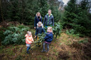 Remko en Joyce Bezoen haalden met hun kinderen een boom bij Het Overijssels Landschap.