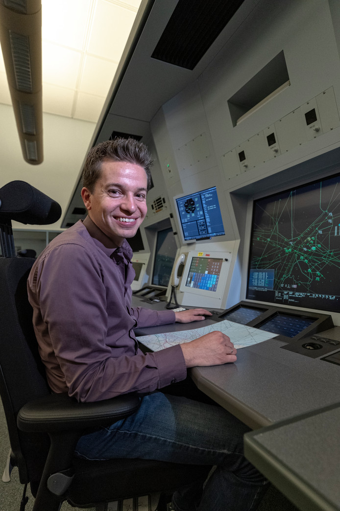 """Thomas Runhart als assistent-luchtverkeersleider op Schiphol. ,,Je moet hier snelinformatie verwerken en handelen. Daar heb je meteen de parallel met gamen."""""""