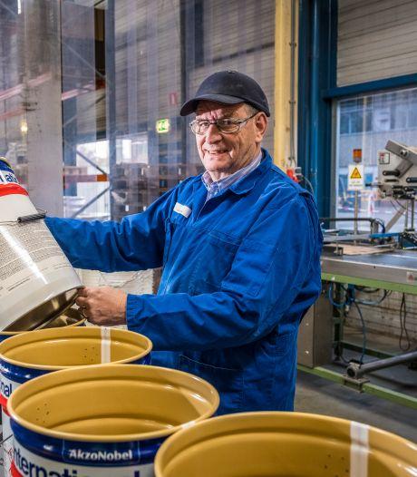 Halve eeuw in dienst bij honderdjarige multinational: Peter kent AkzoNobel in Wapenveld als geen ander