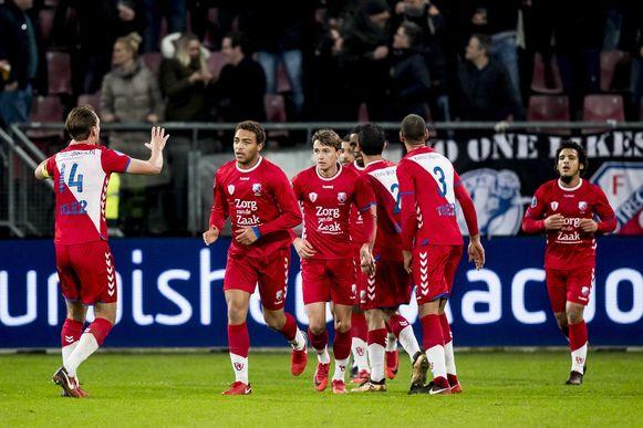 2018-01-19 22:29:43 UTRECHT, FC Utrecht - AZ, voetbal, Eredivisie, seizoen 2017-2018, 19-01-2018, Stadion de Galgenwaard, FC Utrecht speler Cyriel Dessers (2L) heeft de 1-1 gescoord
