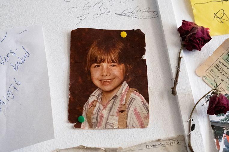 Pasfoto van een jonge Iris. De foto hangt aan de muur bij hen thuis, waarop ze dingen plakken waar ze waarde aan hechten, zoals foto's en gedichten. Beeld Sabine van Wechem