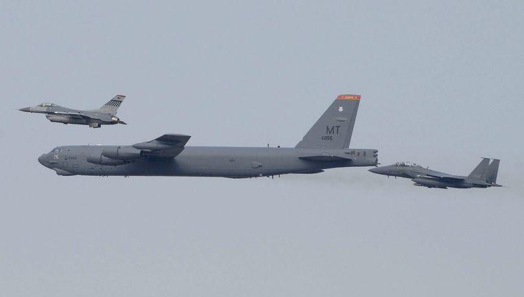 Een Amerikaanse B52-bommenwerper vliegt over Zuid-Korea. Beeld Epa