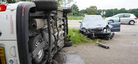 Busje belandt op zijn kant na botsing met auto in Dongen