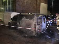 Bestelauto gaat in vlammen op in Arnhem: mogelijk brandstichting