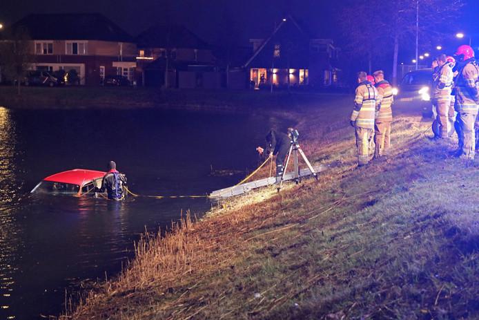 Duikers van de brandweer gingen het water in op zoek naar mogelijke slachtoffers.