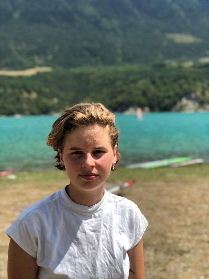 """Klimaatactiviste Anuna De Wever had net even vakantie in de Franse Alpen. """"Mijn zussen, papa en ik komen al sinds mijn negende naar het meer van Monteynard om te surfen""""."""
