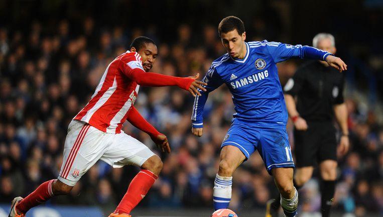 Hazard dolt met de Hondurees Wilson Palacios van Stoke City.