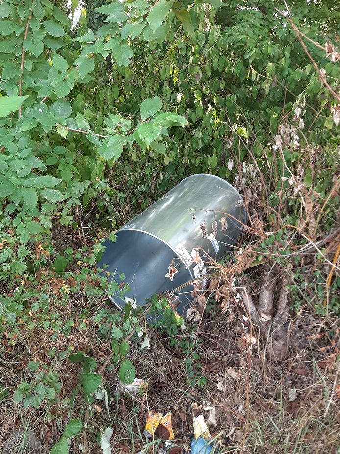 Een vat in de struiken langs de Ottergeerde, op 100 meter van de bushalte waar regelmatig ruiten sneuvelen