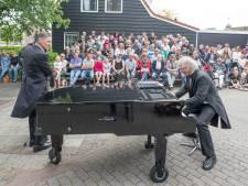 Humor, muziek en actie tijdens drukke straattheatermiddag in Ovezande