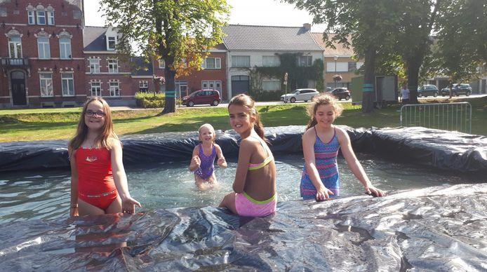 Geen attracties, maar een zwembadje op het Plein van Kaprijke zorgde afgelopen weekend ook voor sfeer.