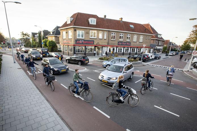 Een chaotische verkeerssituatie op kruising Lyceumstraat / Spoorstraat met veel leerlingen.