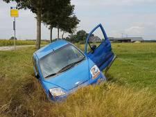 Auto slaat over de kop en komt in sloot bij Hasselt, bestuurder naar ziekenhuis
