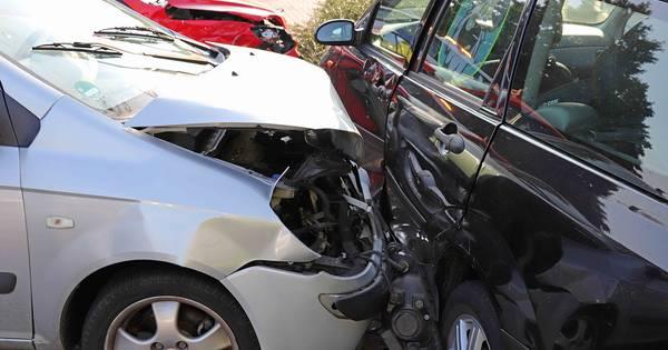 Geen gewonden bij botsing tussen drie autos in Waalwijk.