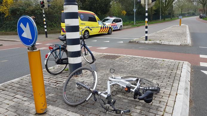 Fietser geschept op de kruising van de Ritzema Bosweg met de Arboretumlaan.