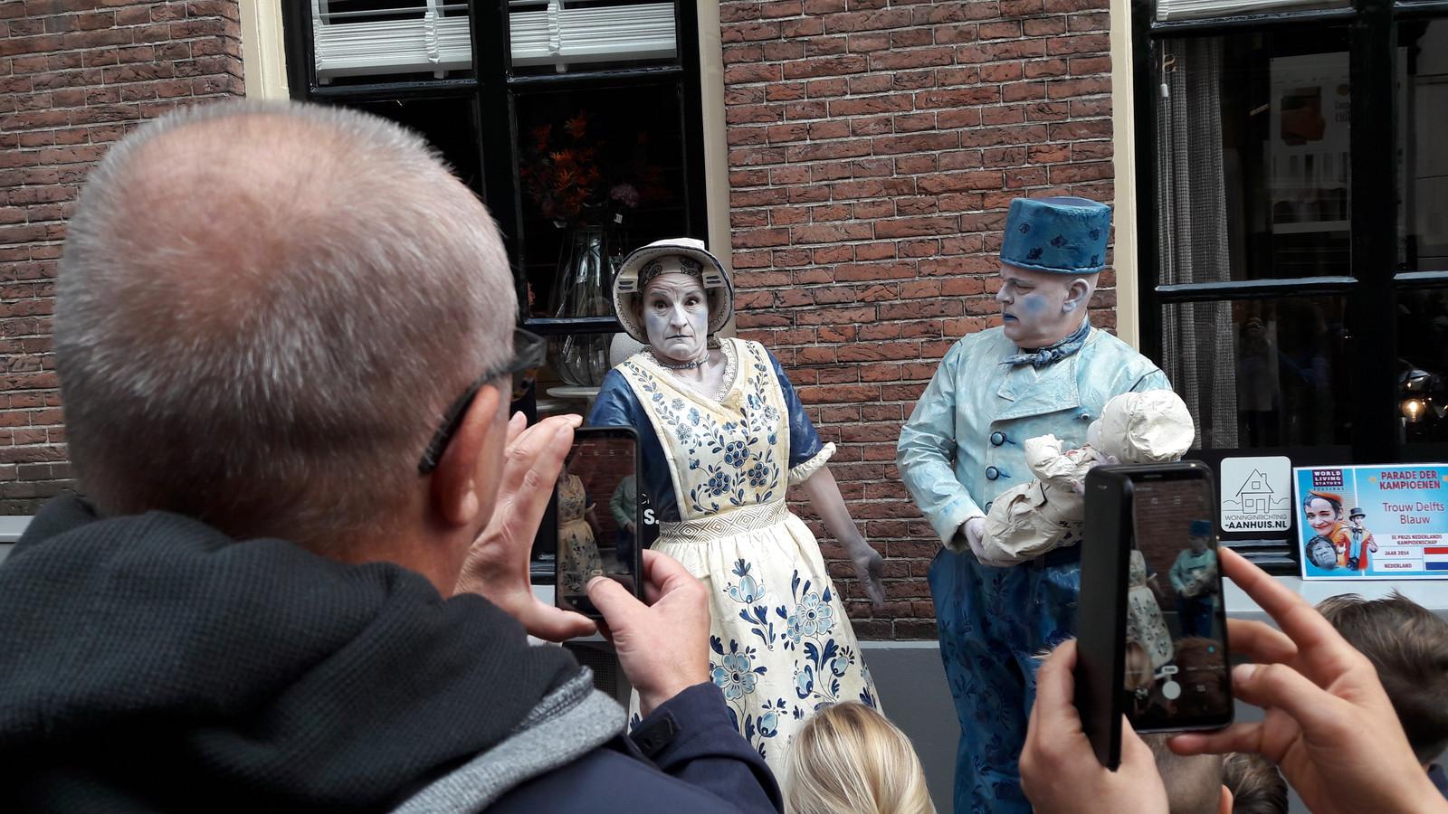 'Trouw Delfts Blauw' poseert in de Bakkerstraat in Arnhem tijdens de Parade van Kampioenen.