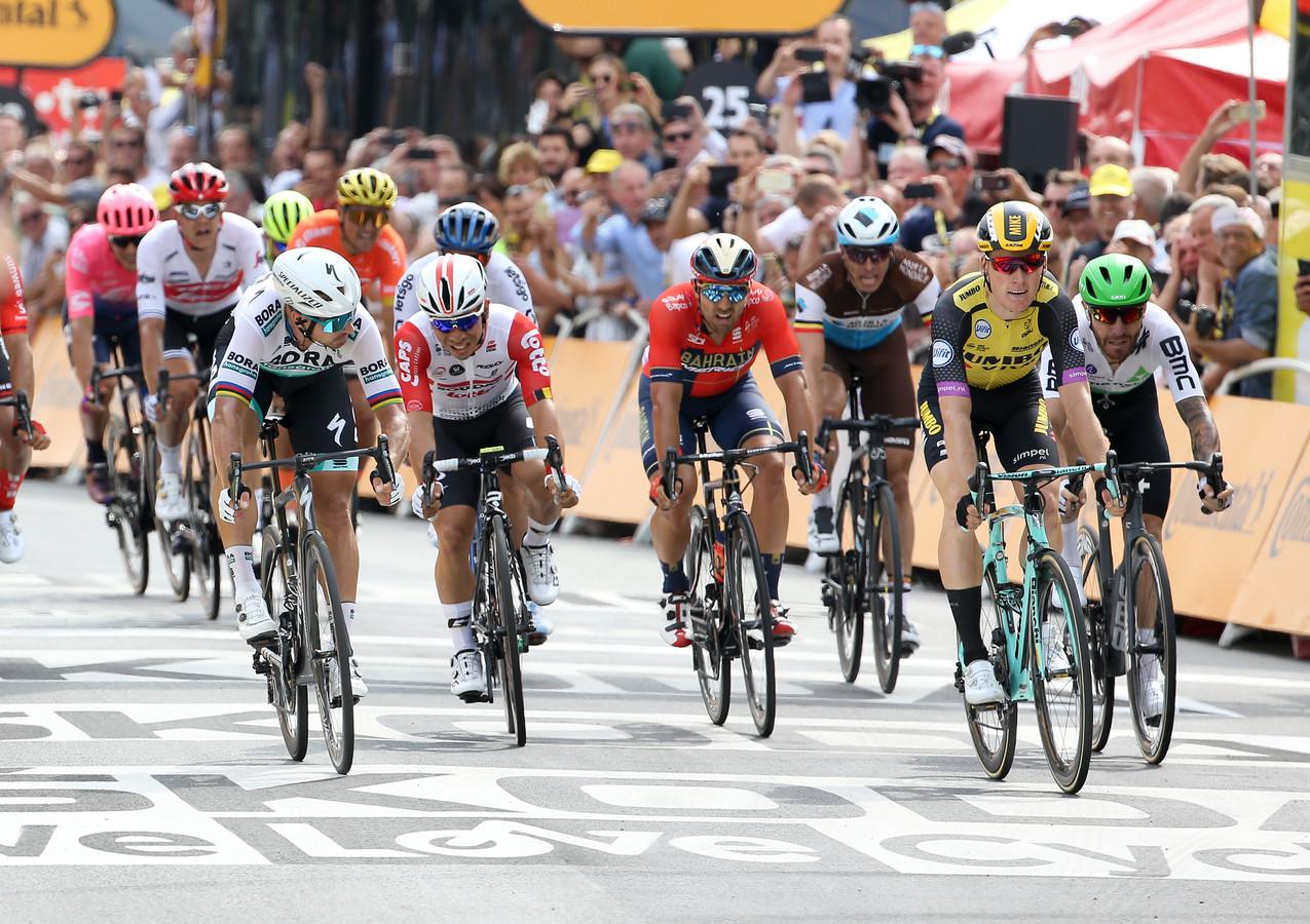 Als de twee over de finish komen, kijkt Sagan naar links. Teunissen weet het evenmin. Wie o wie?