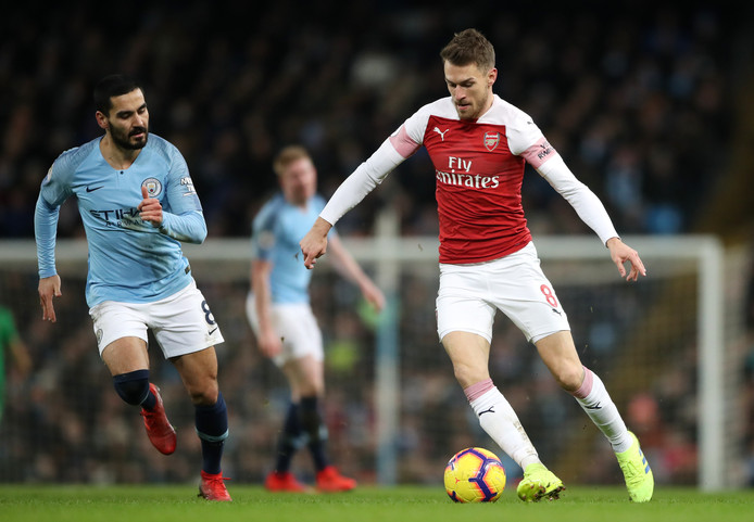 Aaron Ramsey controleert de bal namens Arsenal, links Manchester City-middenvelder Ilkay Gündogan.
