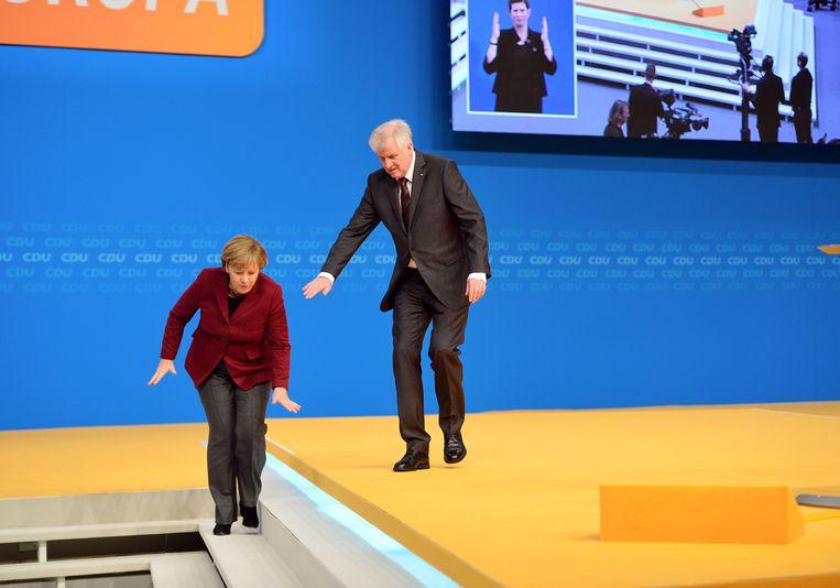 De Duitse politicus Horst Seehofer en bondskanselier Angela Merkel tijdens een congres van de CSU in 2015. Beeld Getty Images