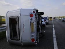 Vakantietegenvaller: caravan slaat om op A59 bij Den Hout
