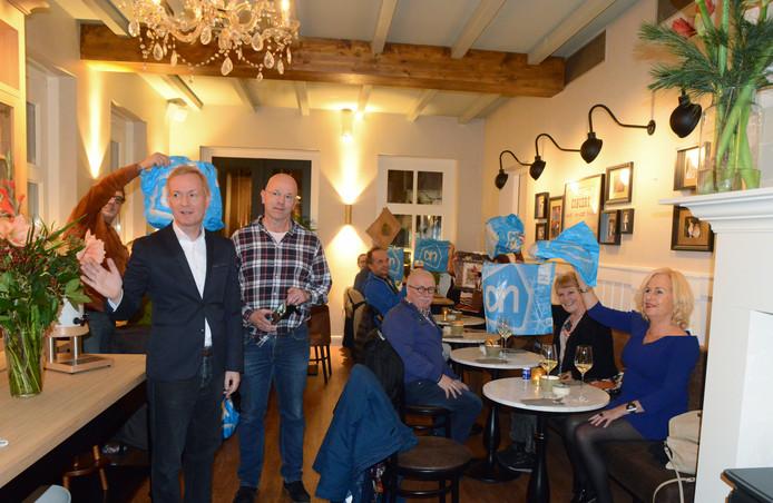 Veertig mensen mochten voor 5 euro, saté en friet eten bij 't Gouden Elfje, als ze maar hun Albert Heijn-tasje bij zich hadden.