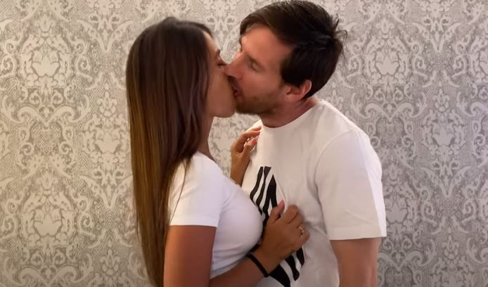 Lionel Messi et son épouse,  Antonella Roccuzzo, dans le clip de 'Antes de que el mundo se acabe'