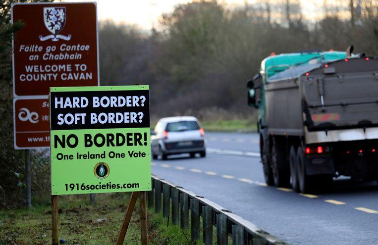Een poster bij de grens tussen Noord-Ierland (deel van het Verenigd Koninkrijk) en de republiek Ierland.  Beeld AP