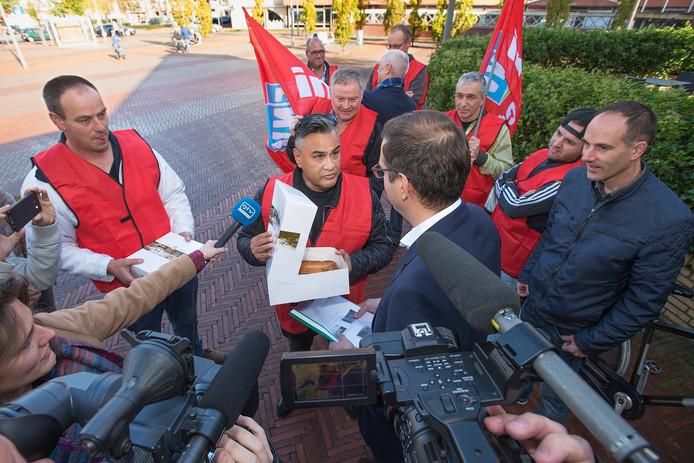Verontruste medewerkers van Unox overhandigden eerder deze maand een boterletter aan de directie van Unilever. De werknemers voeren nu de druk verder op.
