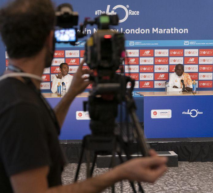Kenenisa Bekele en Eliud Kipchoge staan via Zoom de media te woord.