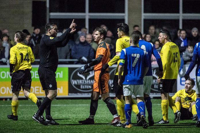 Een voorbeeld van hoe het níét moet: spelers van DCSen OBW vliegen elkaar in de haren tijdens de Hengelder-derby.