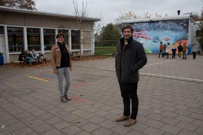 Diretrice Anniq Patho en coördinator Nico De Ridder aan de gebouwen die tegen de vlakte gaan.