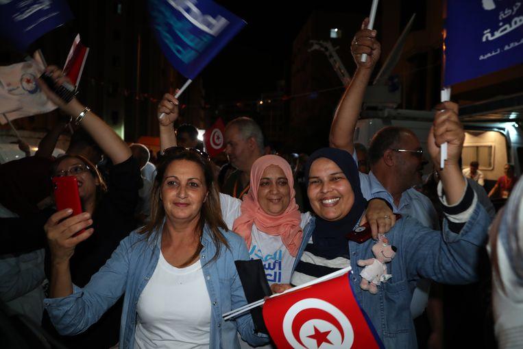 Aanhangers van de gematigde islamitische partij Ennahda vieren feest.