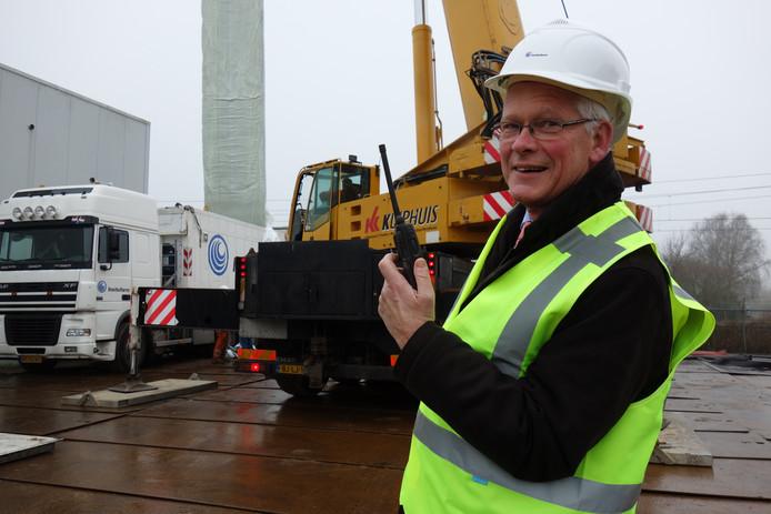 Wethouder Jan van Eijsden inspecteert het onderhoud aan het riool bij de Hoenderweg in Ermelo.