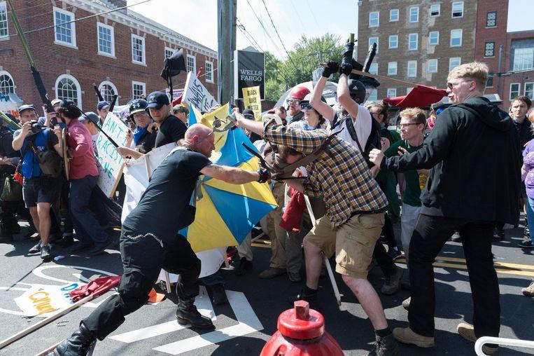 Gewelddadige confrontatie tussen extreemrechtse demonstranten en tegendemonstranten. Beeld photo_news
