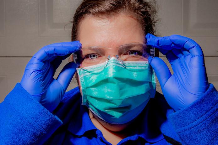 Wijkverpleegkundige Corrine Kroese met een vuurwerkbril op: 'Je moet wat'