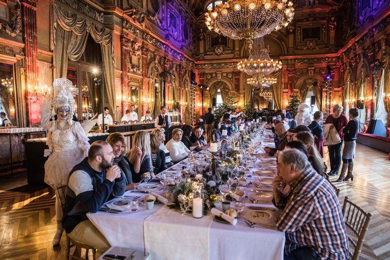 60 mensen mochten in de Gentese Opera genieten van een lekkere kerstmaaltijd.