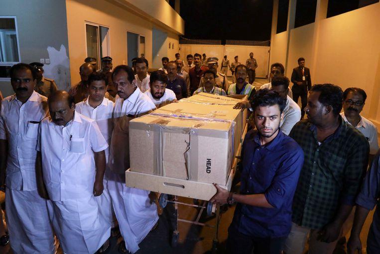 Het lichaam van de 25-jarige studente Ansi Alibava, die tijdens de aanslag in Christchurch werd gedood, wordt weggedragen na aankomst in het Cochin International Airport in Kochi.