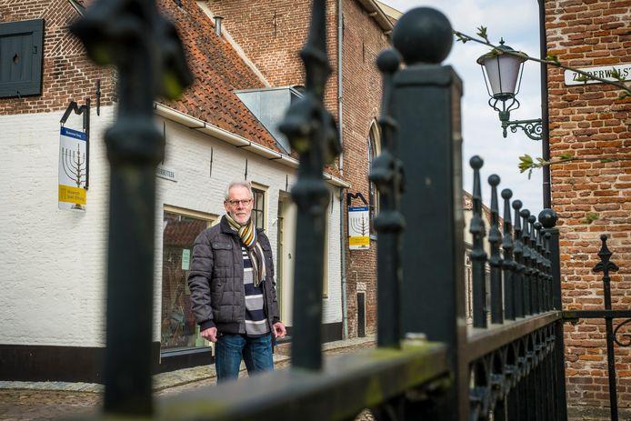 Secretaris Wim Schenk bij het gesloten Museum Sjoel Elburg. ,,We derven behoorlijk wat inkomsten doordat we de bezoekers mislopen. Maar we zitten gelukkig nog niet op zwart zaad. Tot 1 juni kunnen we het wel uitzingen.''